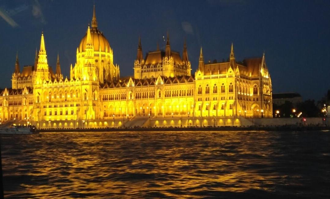 הפרלמנט ההונגרי על גדות הדנובה.מדריך למטייל דתי.צילום יעקב פרידמן