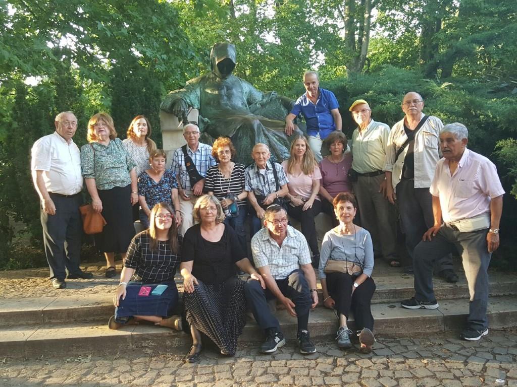 קבוצת מטיילים דתיים ליד פסלו של אנונימוס בהונגריה צילום יעקב פרידמן
